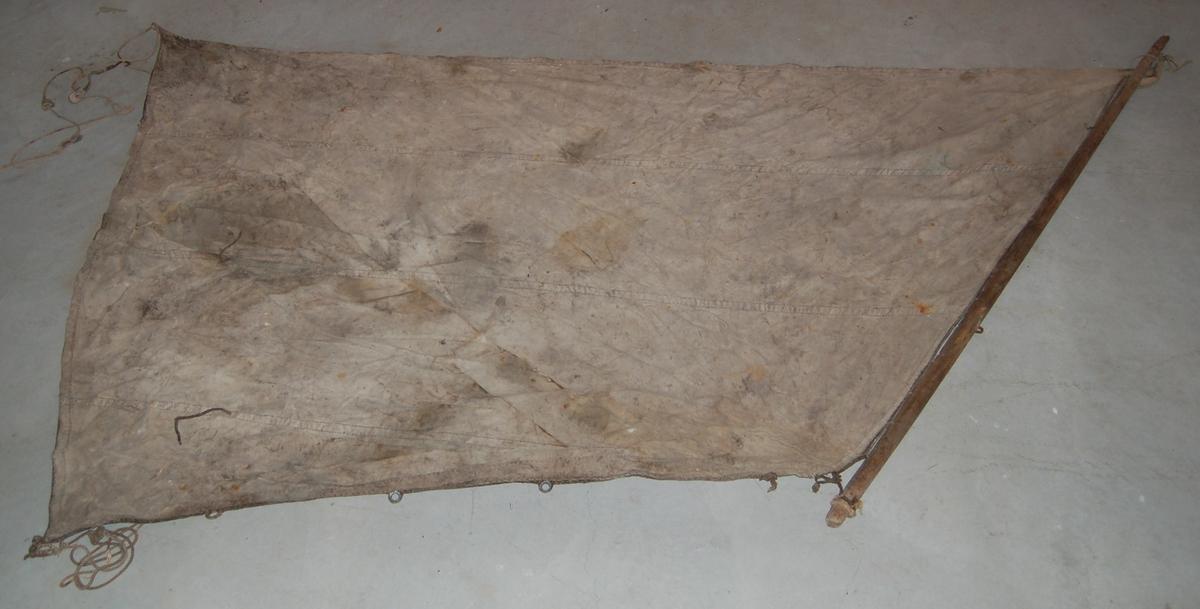 Seglet er kvadratisk i formen, og benslet til ein 2,3 meter lang bom øverst. 70 cm. fra enden av bommen er det eit øye til festing av lina for heising av seglet.