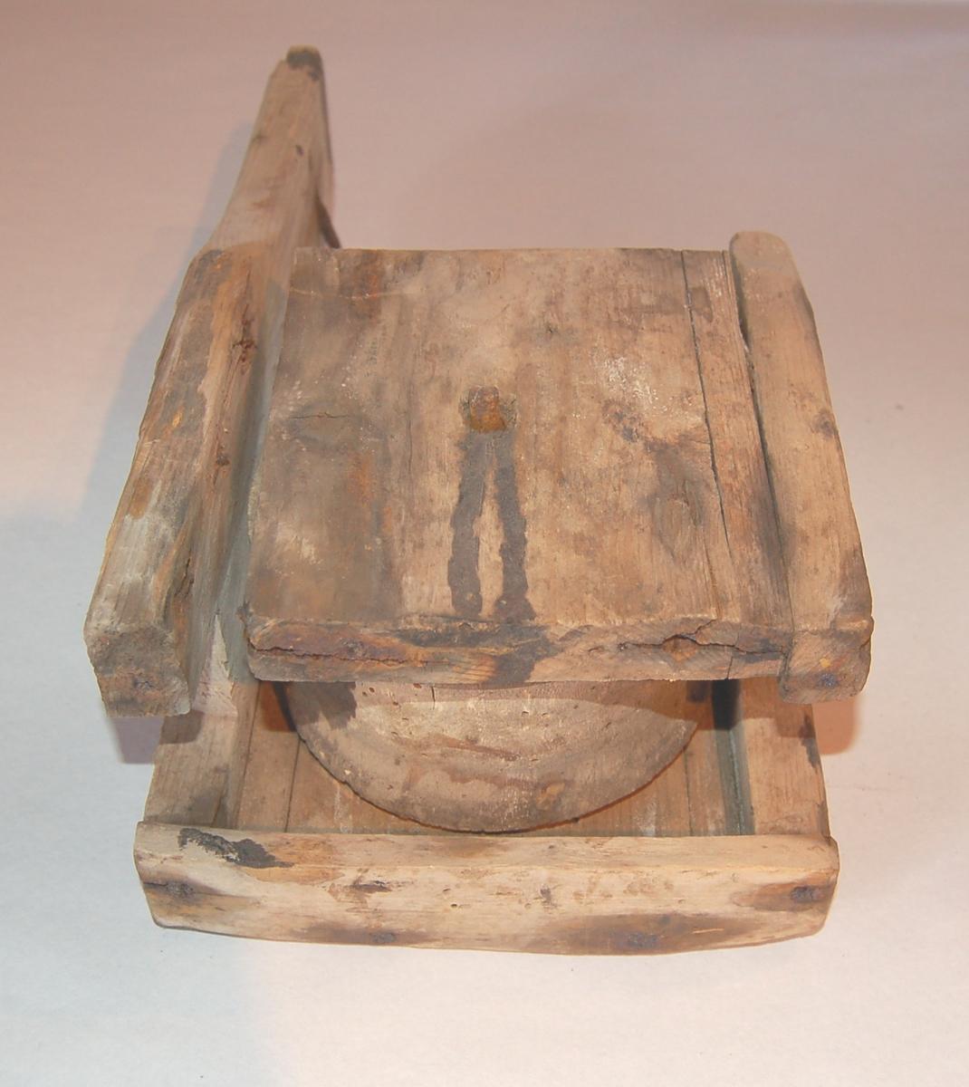Gjenstanden er ein rull som er innebygd i ei kasse. Denne har to forlenga endevegger som er til å træ nedover ripa på båten. Vabeinet som det i daglegtale blei kalla, blei brukt til å drage inn iler o.l. på åpne båtar.