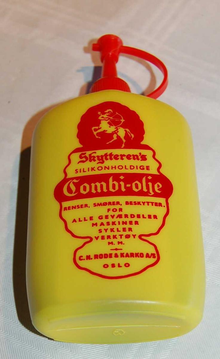 Plastflaske med våpenolje for bruk i eit Kongsberg Redningsgevær M.52.