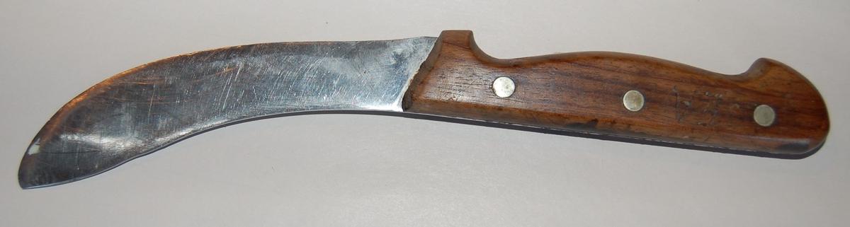 Svakt krummet breitt knivblad med skaft av tre. Skjeftet er festet til knivbladet med 3 messingnagler.