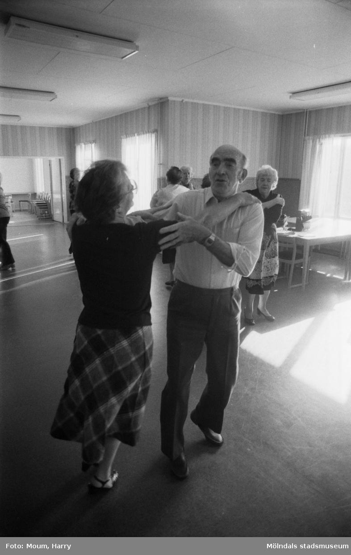 Mölndals-korpen anordnar aktiviteter för äldre i Mölndal, år 1984. Gammeldans. Kortet är taget i Kållereds kommunalhus, rivet i  början av 1990-talet. Adress: Streteredsv. 3.  För mer information om bilden se under tilläggsinformation.