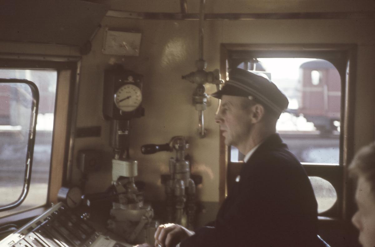 Lokomotivføreren i førerrommet på et elektrisk lok type El 13.
