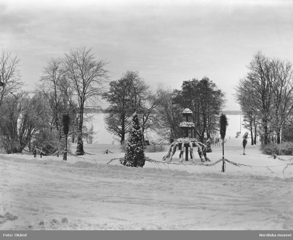 Rundeln på Julita gård i Södermanland med utsikt över sjön Öljaren. Det är vinter och snön ligger vit.