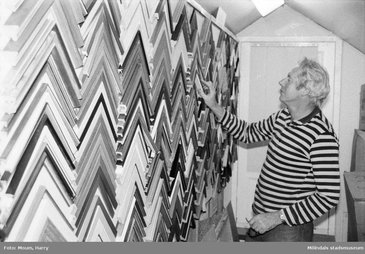 """Fotografi från Kållereds Ramlist, år 1984. """"Erland Larsson visar några av de 400 olika ramlister man tillverkar i Kållered.""""  För mer information om bilden se under tilläggsinformation."""