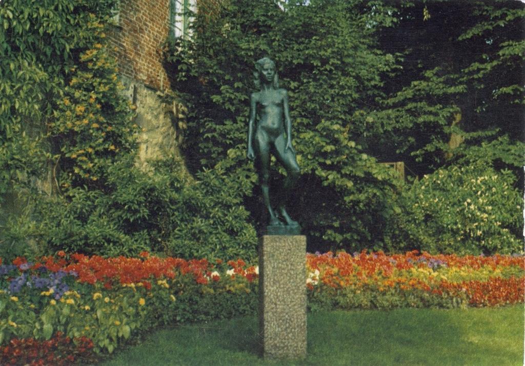 """Text till bilden: """"Uddevalla. Motiv från Hasselbacken med """"Vera""""."""