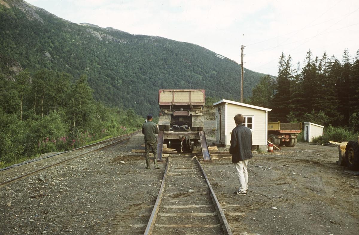 Sulitjelmabanen ved Ågifjellet holdeplass. Lastebiler transporteres med jernbanen.