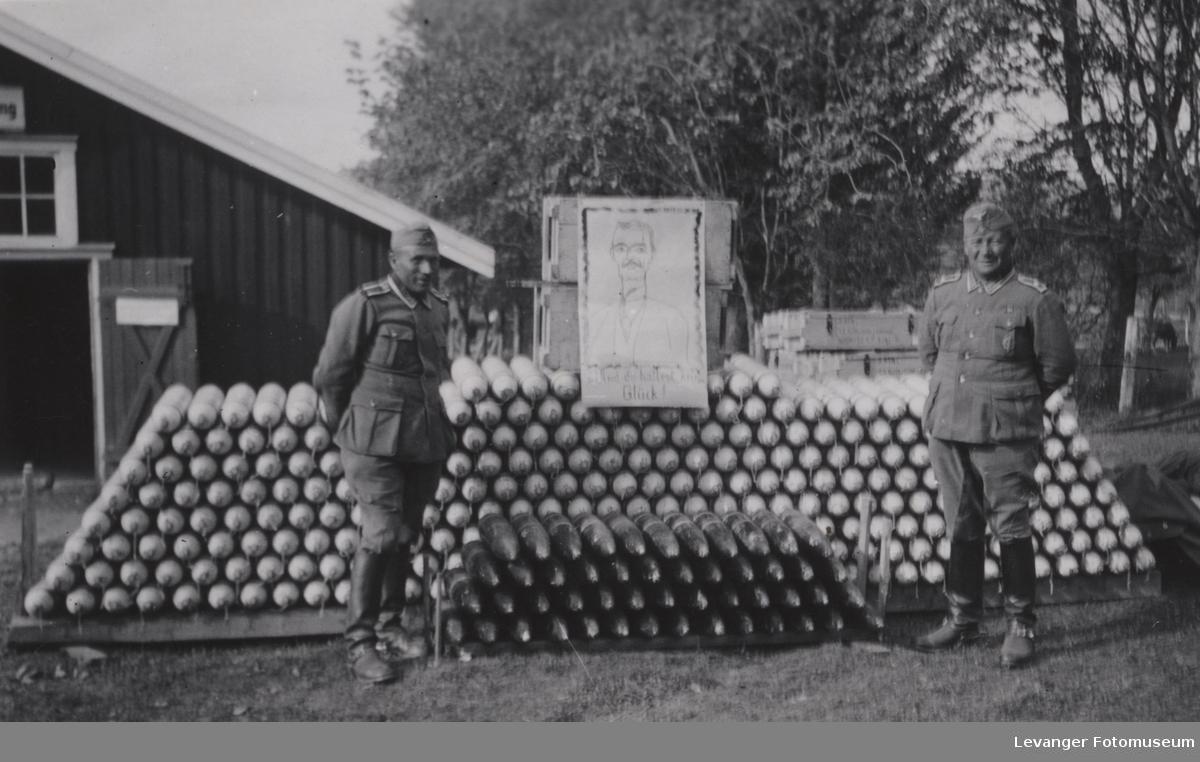 Foresggjort granatstabel med to tyske soldater.