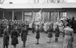 Väntan på kung Gustaf Vl Adolf under Eriksgatan i Bohuslän i