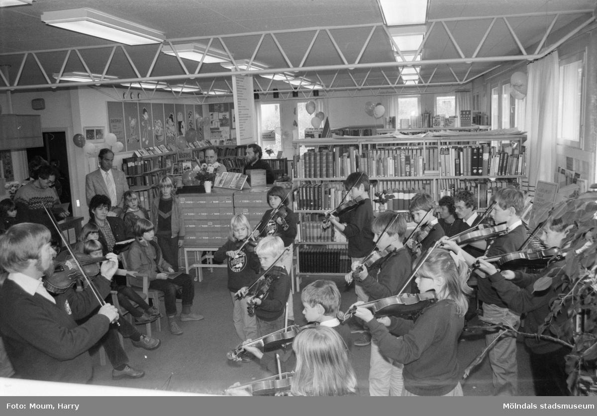 """Lindome Suzukigrupp spelar på Lindome bibliotek, år 1984. """"Lindome Suzukigrupps framträdande var mycket uppskattat.""""  För mer information om bilden se under tilläggsinformation."""