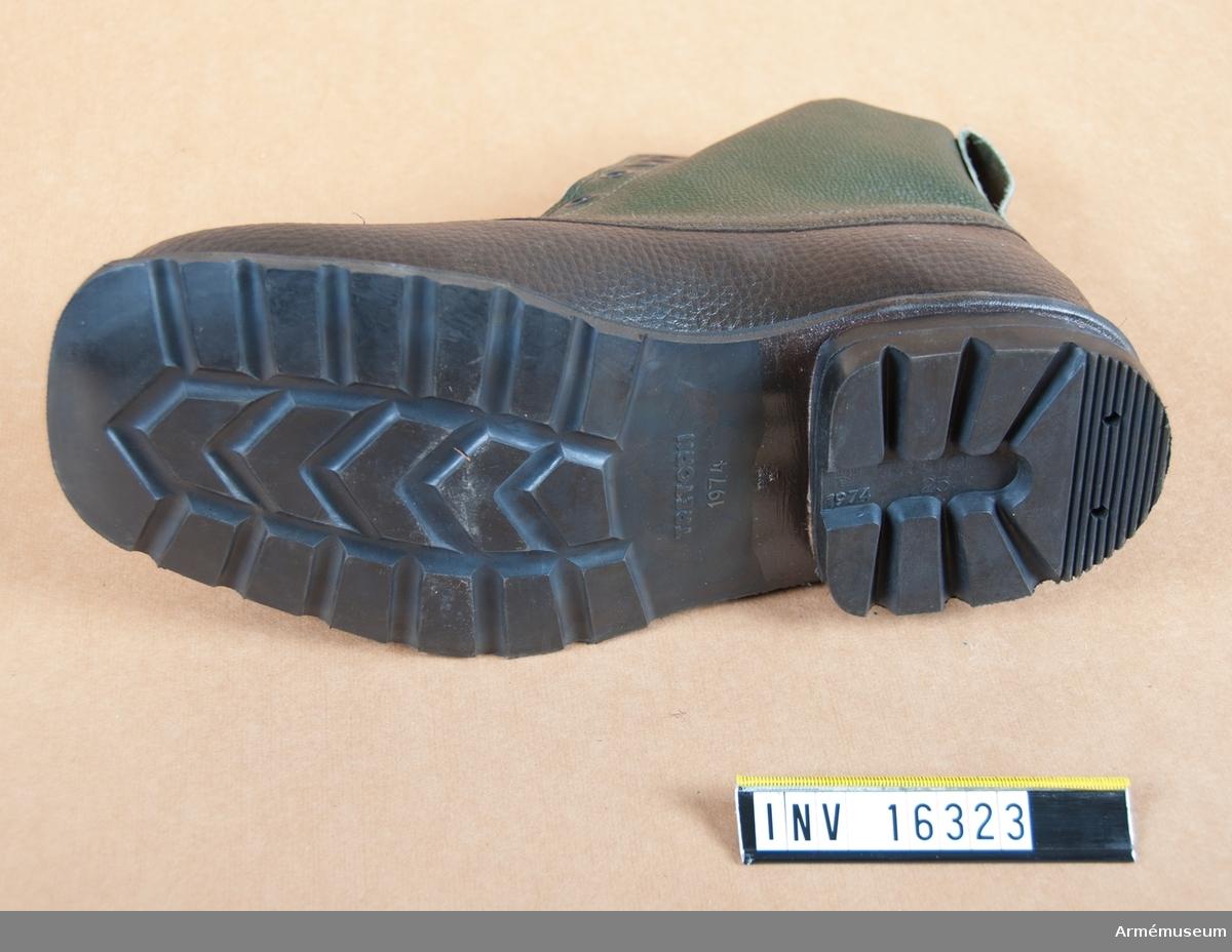 Gummipjäxa fm/1974, H. Typ 1. Med foten av mörkgrön cellgummi och med läderskaft. Snörning. Cellgummisula. Sulan märkt Tretorn 1974.