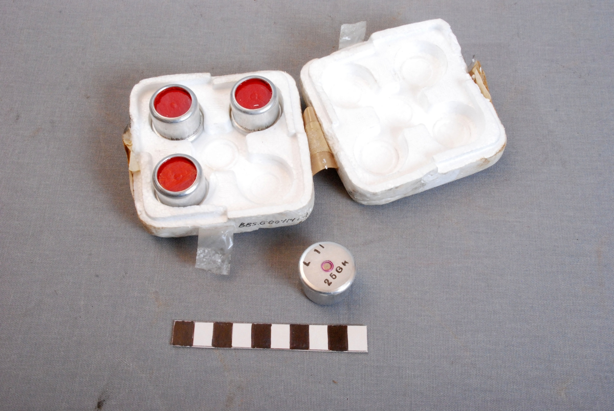 Isoporeske med 4 stk patroner for linepistol/redningspistol. Esken er rektangelformet med runde hjørner og plass for 4 stk patroner.  Bunn og lokk holdes sammen med brunfarget tape.