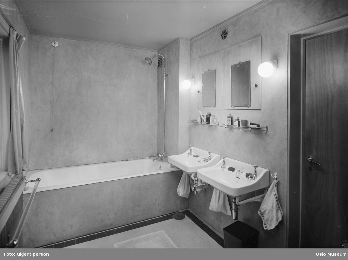 Bolig, interiør, baderom, badekar, dusj, vaskeservanter, speil ...