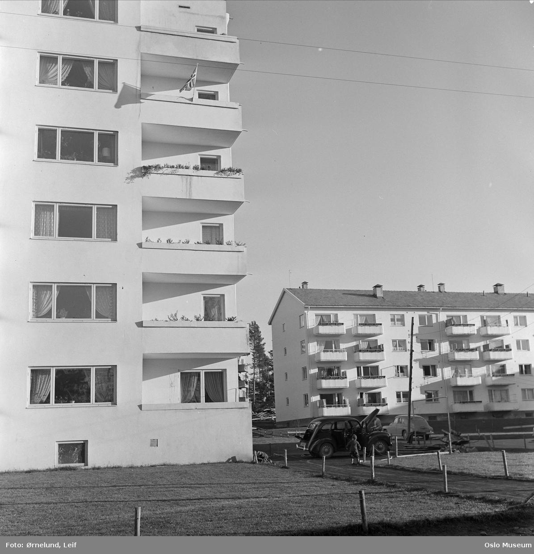 boligblokker, biler, balkongflagg
