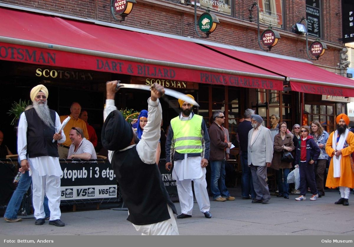 Sikhisme, Vaisakhi feiring, Karl Johansgate, opptok, plakater, bannere, flagg, prosesjon, sverd, kamptrenng, kvinner, menn, barn, hodeplagg