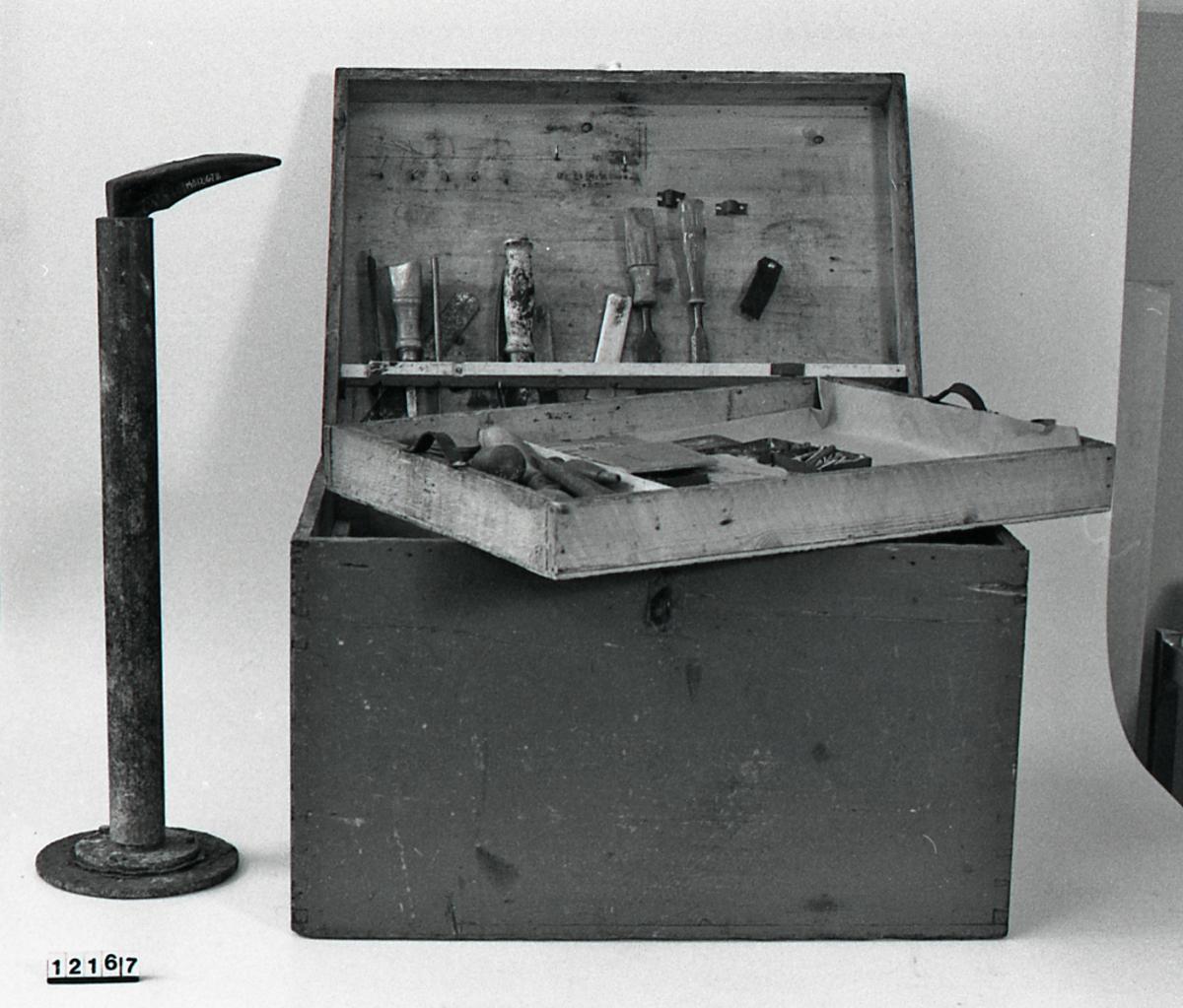 Skomakerkasse med verktøy og utstyr.