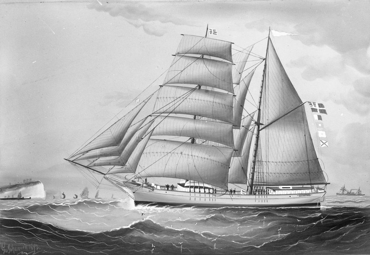 """Avfotografert maleri av skonnertbriggen """"Amund Tvedten"""" til sjøs. I bakgrunnen seiler et dampskip og flere mindre og større seilfartøy."""