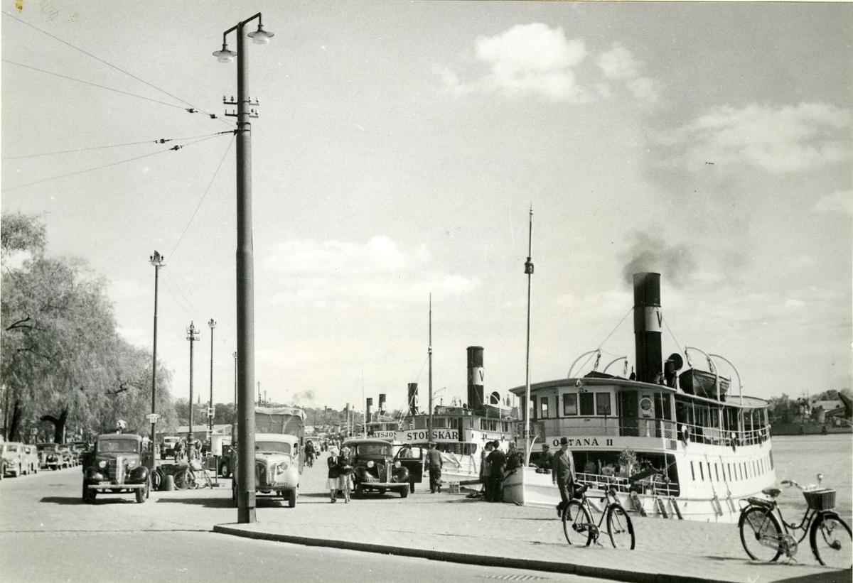 Vaxholmsbolagets skärgårdsbåtar liggande vid Strandvägskajen 1952.
