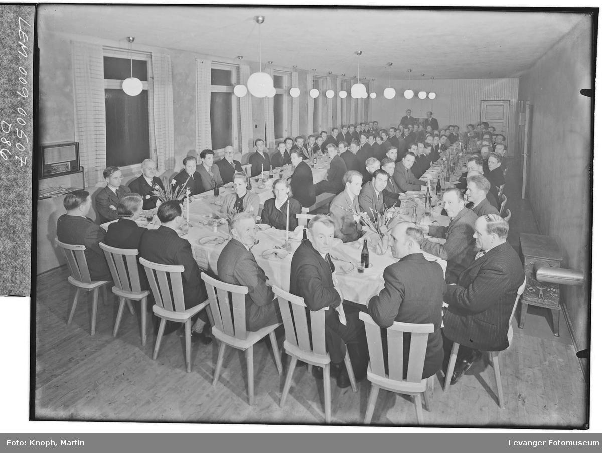 Yrkesskolen på Eggen samlet til fest i 1949
