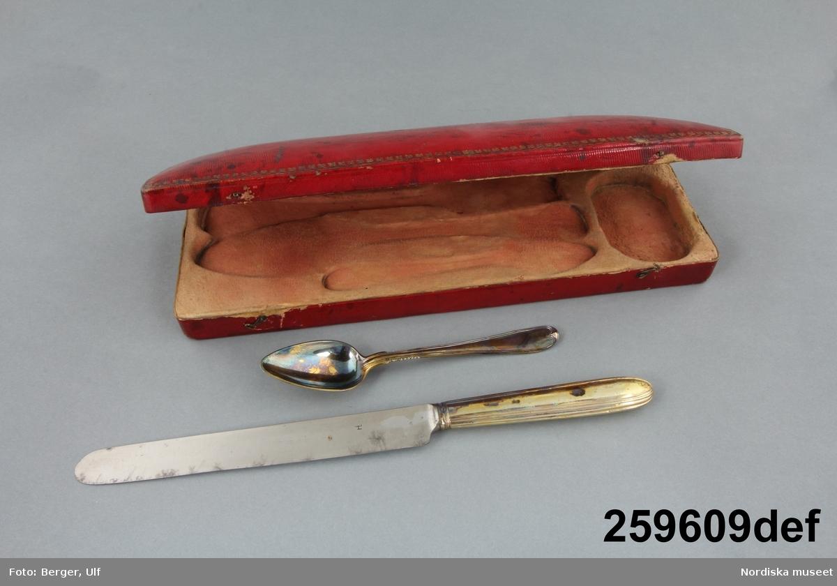 Text i utställningen Mat och dryck: Kryddosa samt sked och fyrkloig gaffel av förgyllt silver Per Zethelius, Stockholm 1771. 2006-04-25 Heidi Henriksson