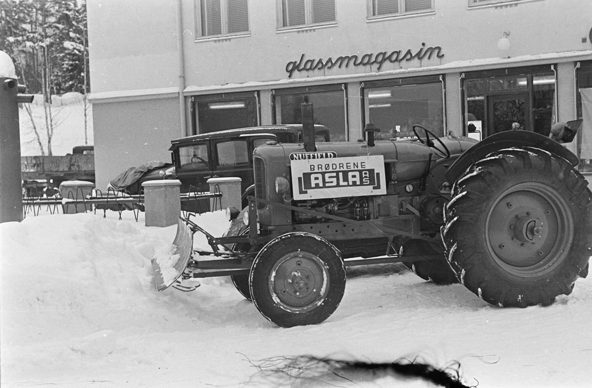 Traktor med snøskuffe. Leiret, Elverum.