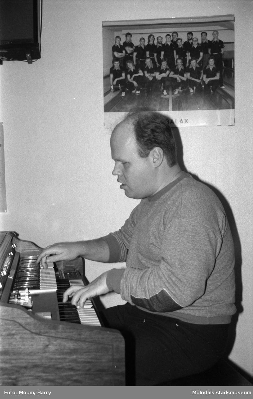 Nattbowling på Kållereds bowlinghall, år 1984. Claes Westerdahl spelar musik.  För mer information om bilden se under tilläggsinformation.