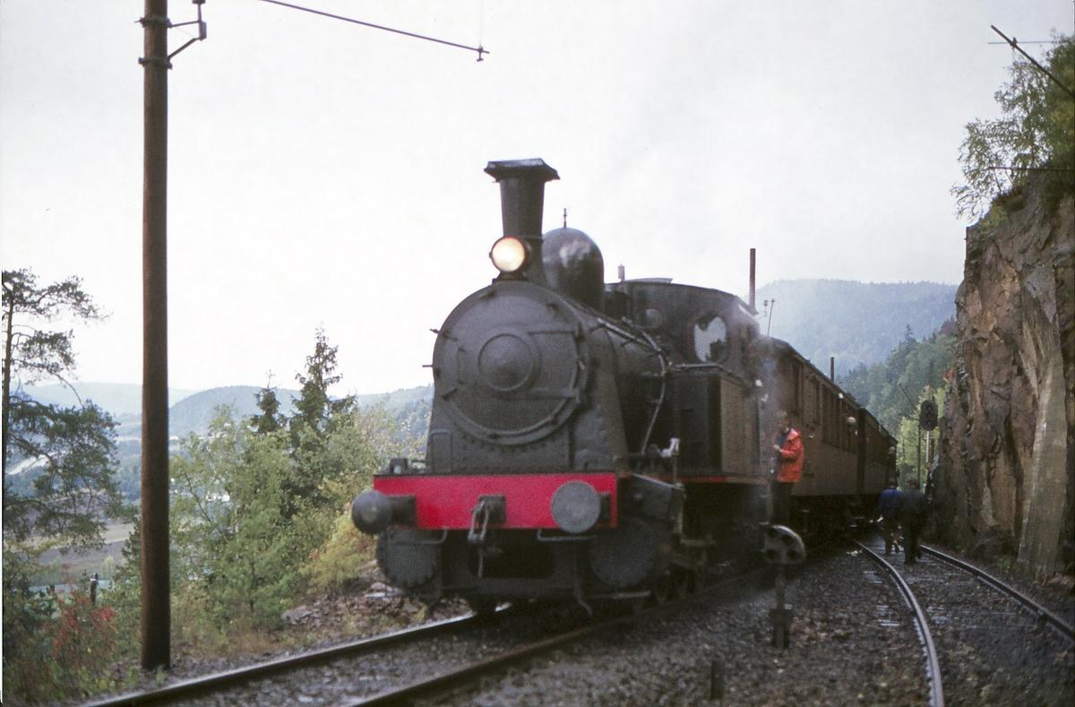 Ekstratog for Norsk Jernbaneklubb med damplokomotiv Norsk Hydro M2 på den nedlagte delen av Drammenbanen. Stopp på Lieråsen stasjon, som var den første fjernstyrte stasjon i Norge.