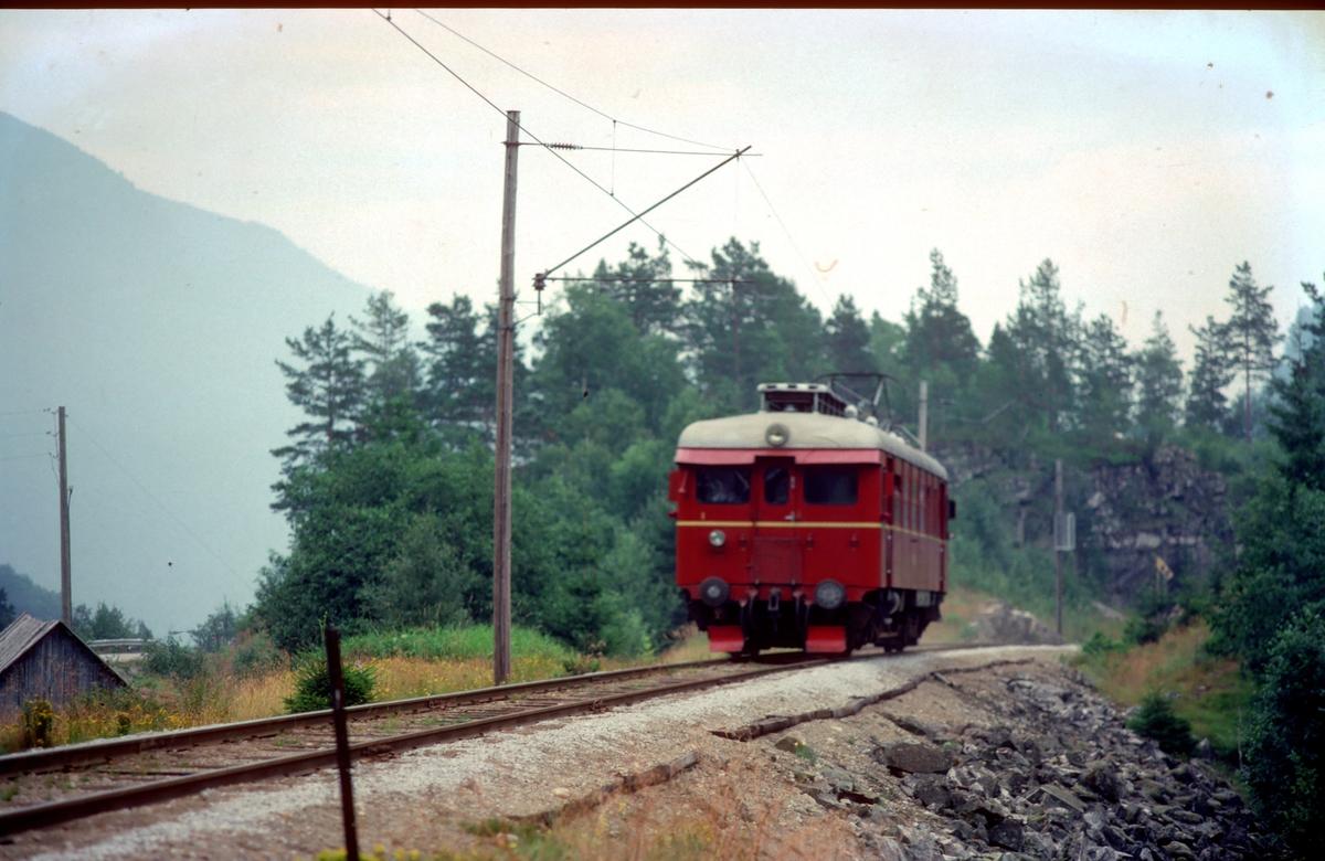 Hardangerbana. Tog fra Granvin til Voss i nærheten av Skjervet. NSB elektrisk motorvogn BM 64 05.