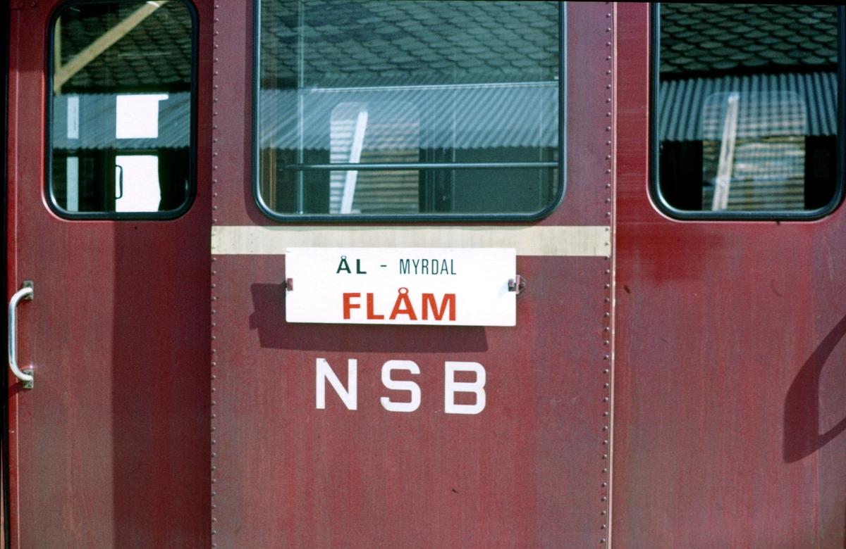 Bergensbanen. Tog til Flåm på Finse stasjon. Destinasjonsskilt.