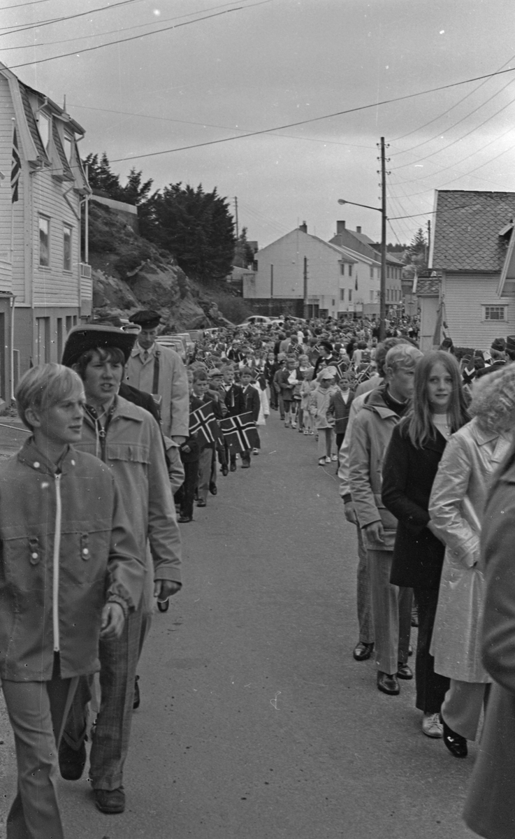 17. mai - 1971.   Del 4 av 7. Barne-toget på Karmøy.