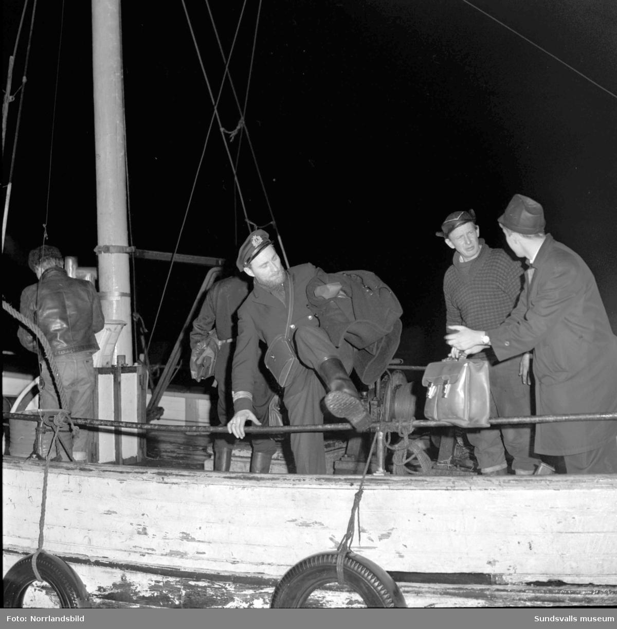 Norska oljetankern Gogstad som strandade vid Bremö kalv den 1 december 1964. Besättningen lämnar fartyget ett par dagar innan det bryts itu i en sydlig storm.