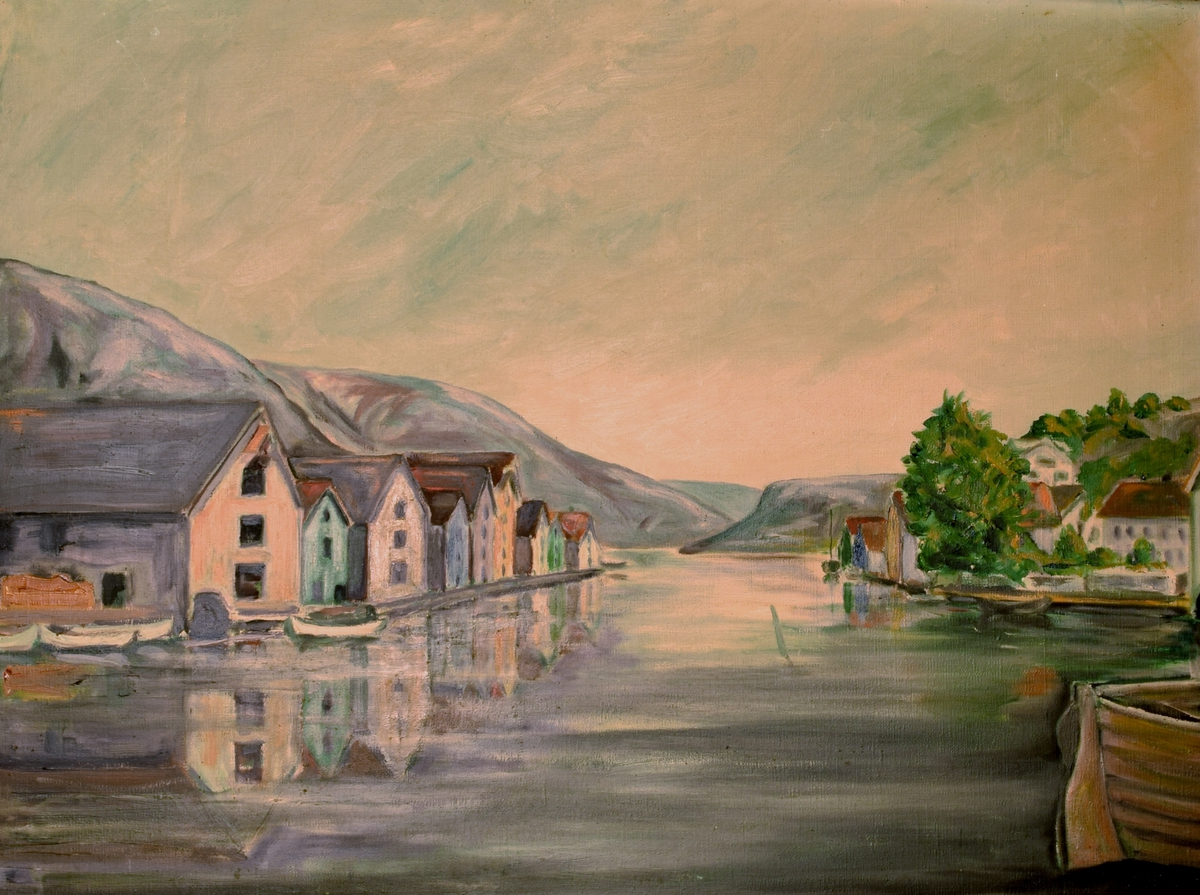Maleriet viser havnen i en småby eller tettested. På begge sider av havnen ligger det rekker av hus med kortsiden vendt mot havnen.