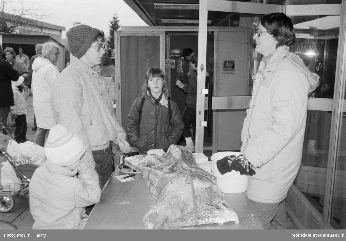 Julmarknad i Lindome centrum, år 1984.  För mer information om bilden se under tilläggsinformation.