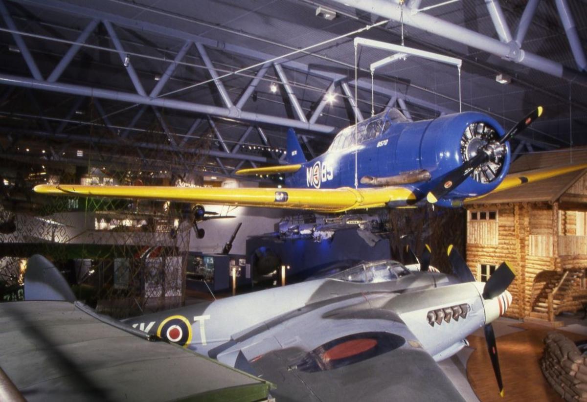Ett fly; North American T-6H/J Harvard