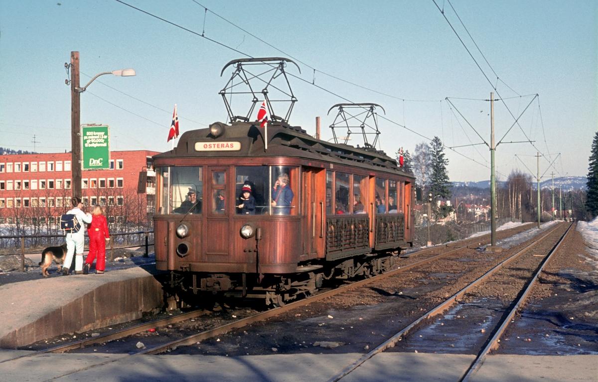 A/S Holmenkolbanen. Røabanen. Hovseter stasjon. Holmenkolldagen. Vogn 104, type 1916 (Skabo, Westinghouse, HKB verksted). Opprinnelig tilhengervogn, ombygget til motorvogn 1918.