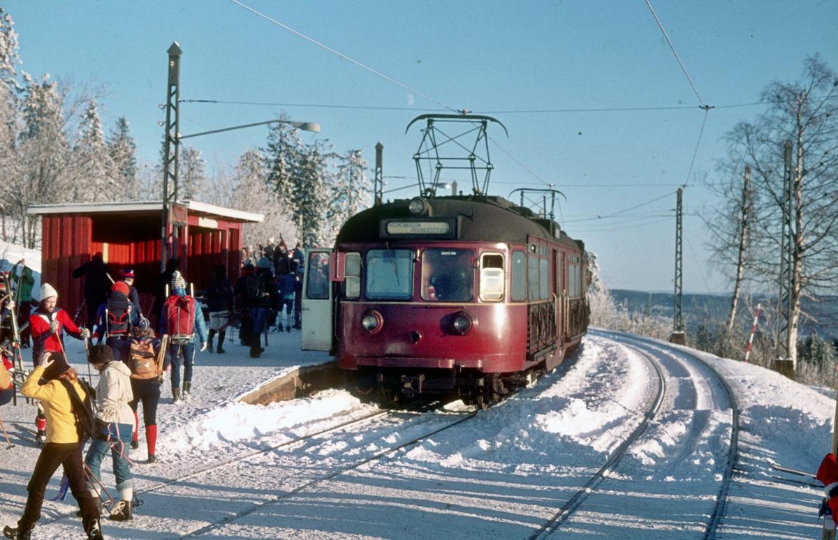A/S Holmenkolbanen. Oslo Sporveier. Tryvannsbanen. Vogn 502, type 1946 (Skabo, NEBB). Vinterutfartsdag på Frognerseteren.