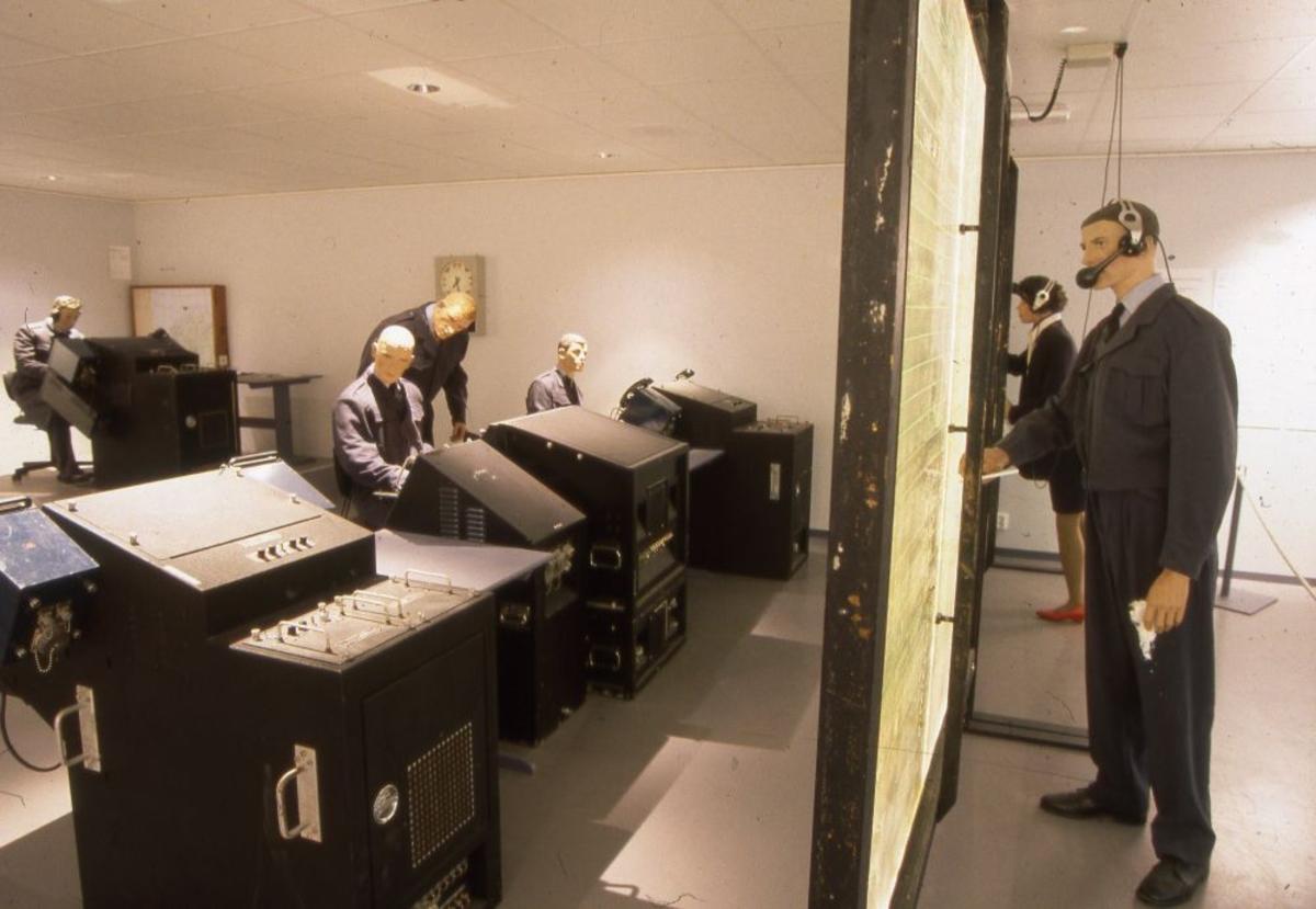 Foto tatt innendørs: Ops-rom, radar overvåker og registrerer flyaktivitetene.