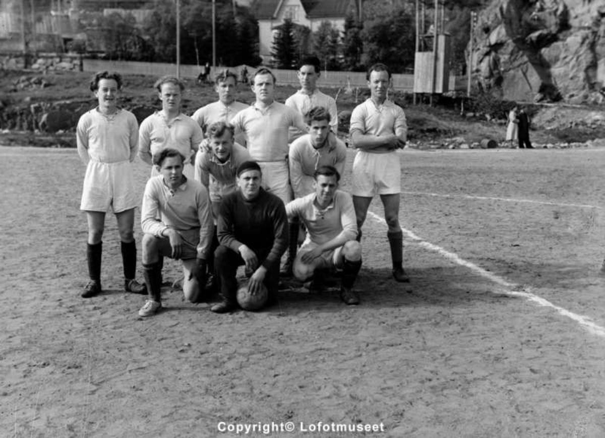 Ukjent fotballag, på Svolvær Idrettsplass, 1949.