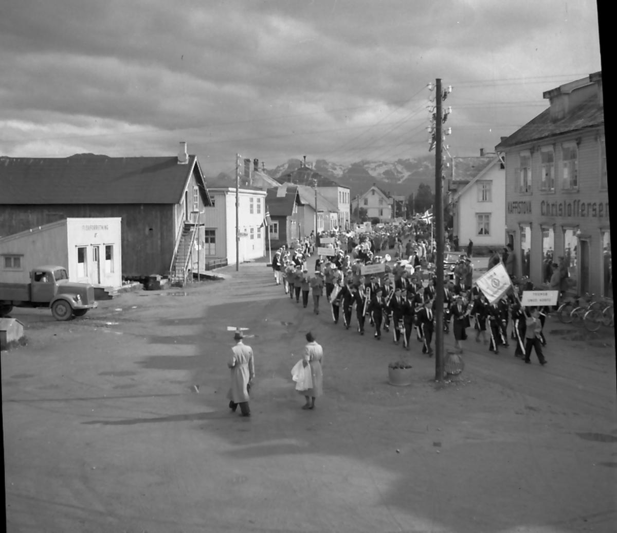 Nordnorsk musikkstevne på Sortland, juni 1952. Marsjering ved Kaffistova i Strandgata