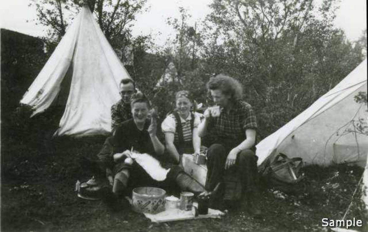 NGU-ere fra Tromsø har god apetitt. NGU-leira Harstad 1943. (-44?)