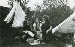 NGU-ere fra Tromsø har god apetitt. NGU-leira Harstad 1943.