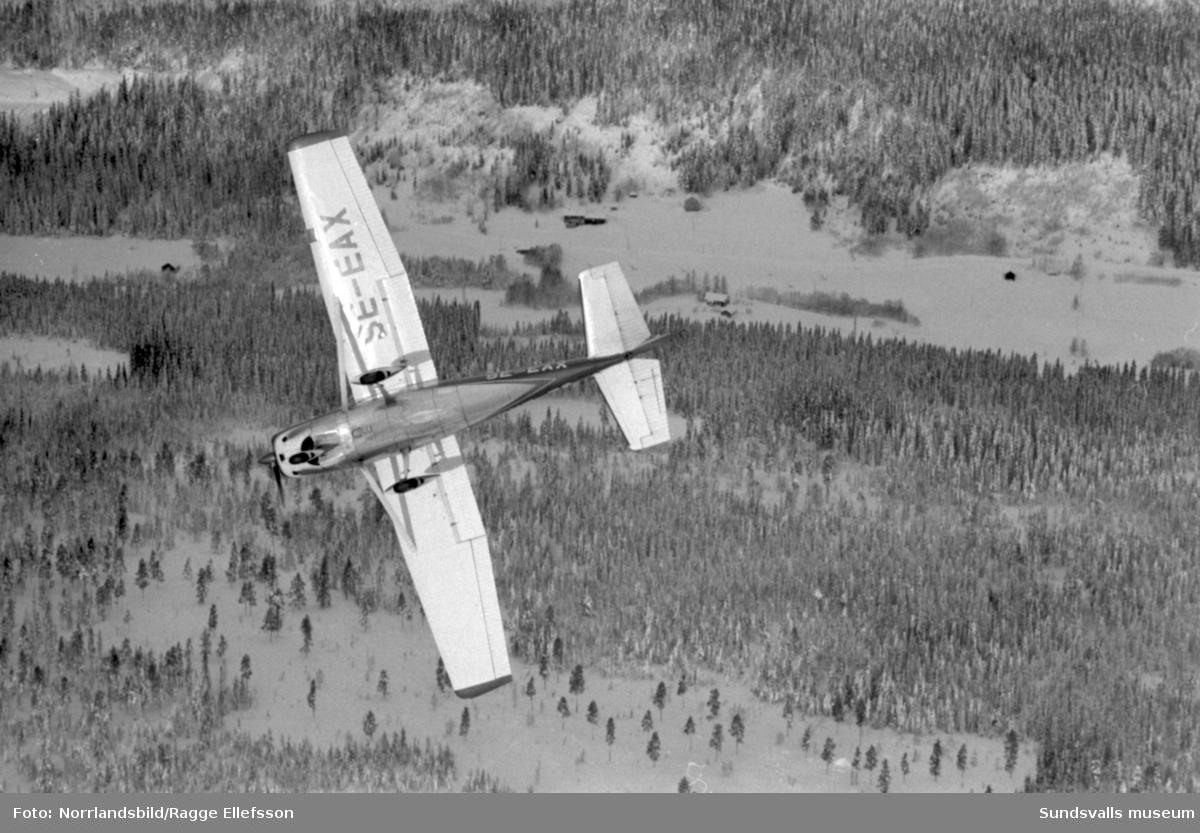 Flyginstruktör Hasse Thelins tvillingar lär sig flyga. Reportage för Expressen.
