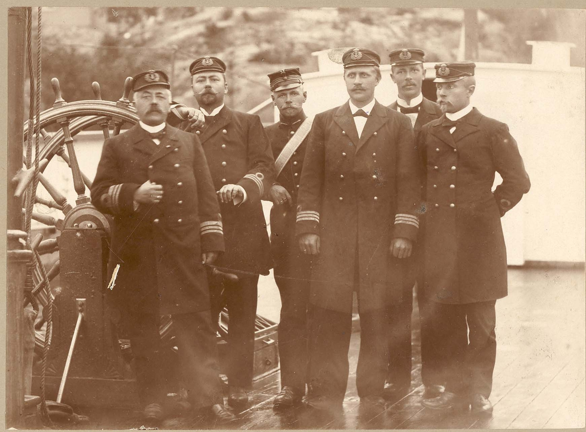 Motiv: Mineøvelse 1898 - Offisergruppe. 6 personer, Kommandørkaptein Axel Proet, sjef håndverkskorpset, lengst til venstre.