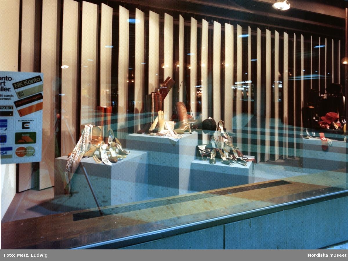 21a27b4f597 Skyltfönster på Nordiska Kompaniet. Höstmode. Stövlar, scarves, hattar,  sandaletter och väskor