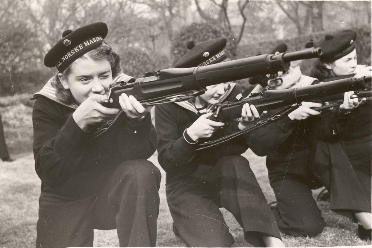 Motiv: Marinens Kvinnekorps 1942-1945.Kurs nr 2 Liverpool 1942 Sikteøvelser