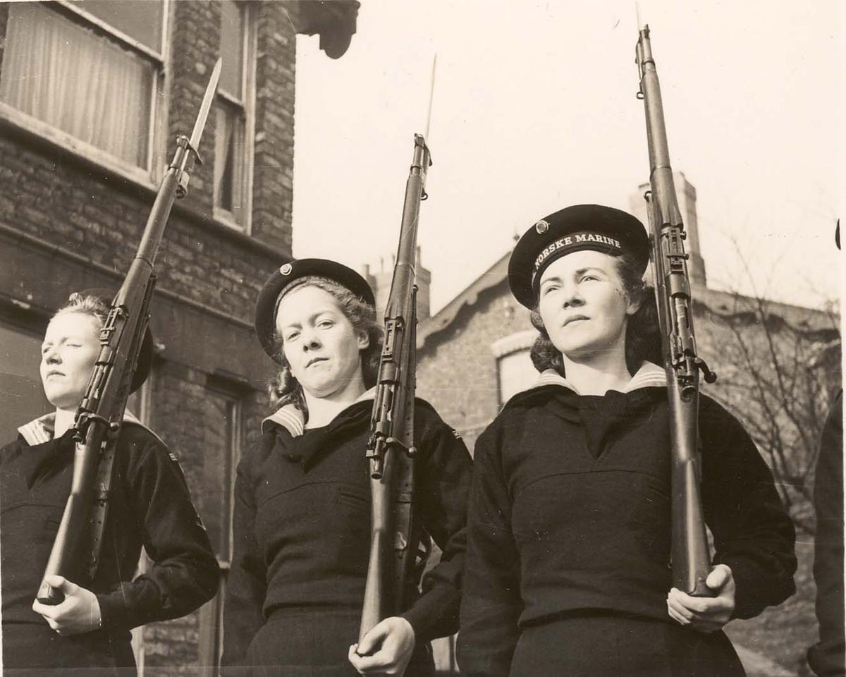 Motiv: Marinens Kvinnkorps 1942-1945.Kurs nr 2-1942.Liverpool. Garde