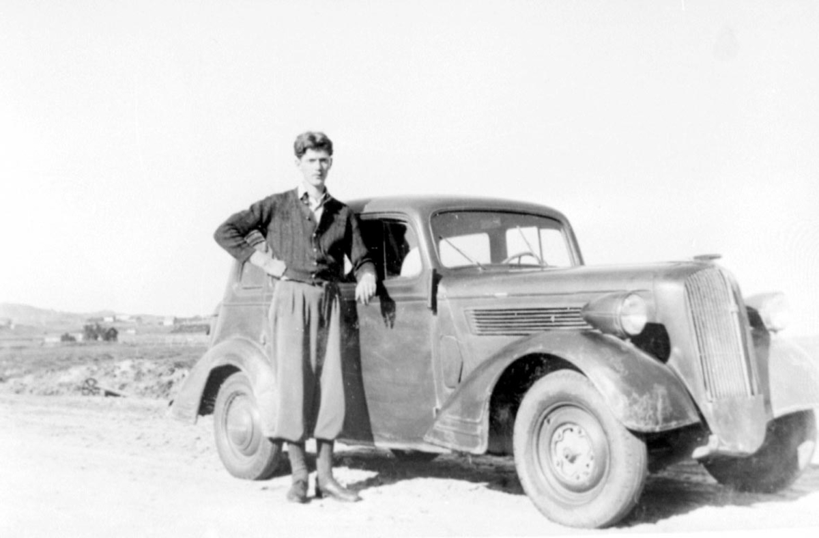 Portrett. En person, mann ved kjøretøy - personbil, Super Six 1937-38.