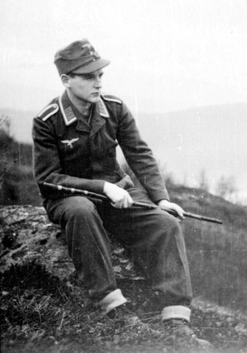 Portrett. 1 person, mann i militæruniform. Utendørs