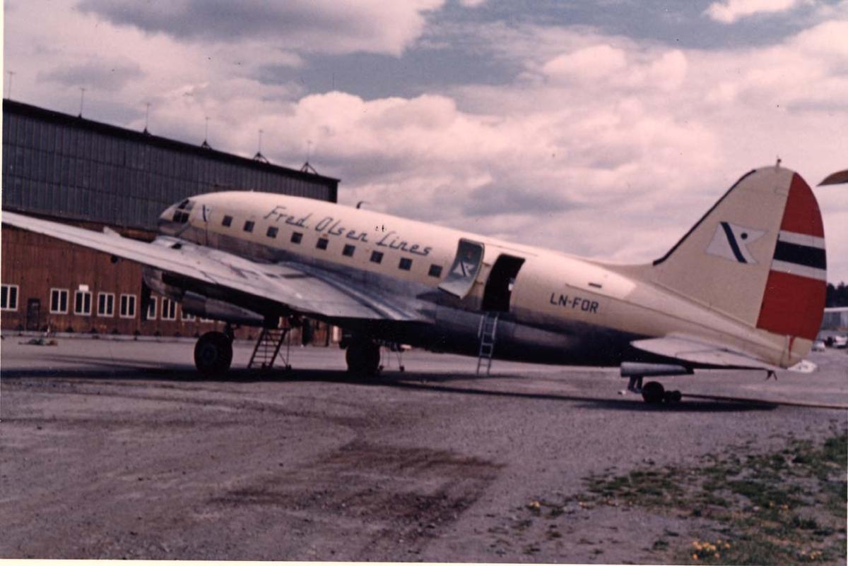 Lufthavn. 1 fly på bakken, Curtiss C-46A-45-CU Commando LN-FOR fra Fred Olsen.