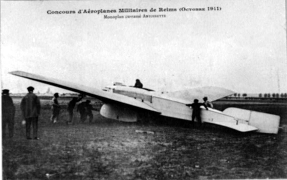 Ett fly på bakken, Antoinette Latham. Flere personer ved flyet.