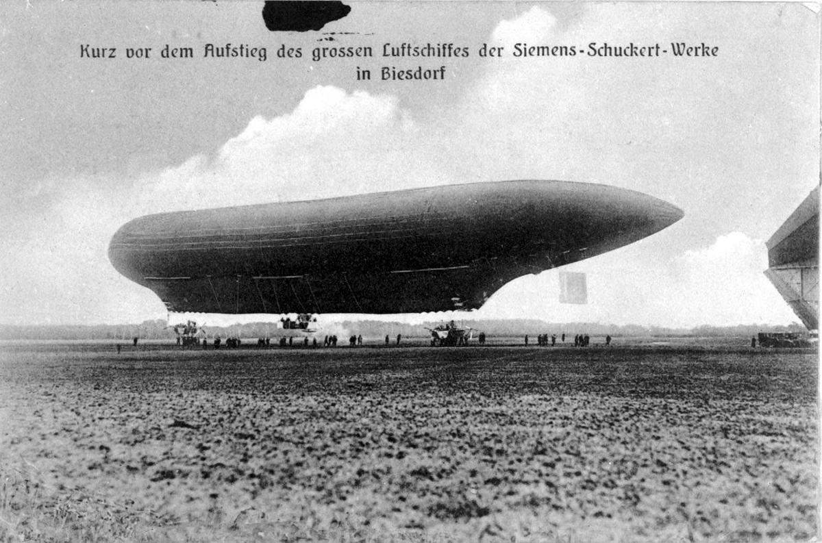 Ett luftskip på bakken, Siemens-Schuckert. Flere personer ved luftskipet